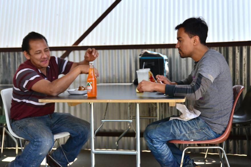 カフェテリアで食事をとる職人たち
